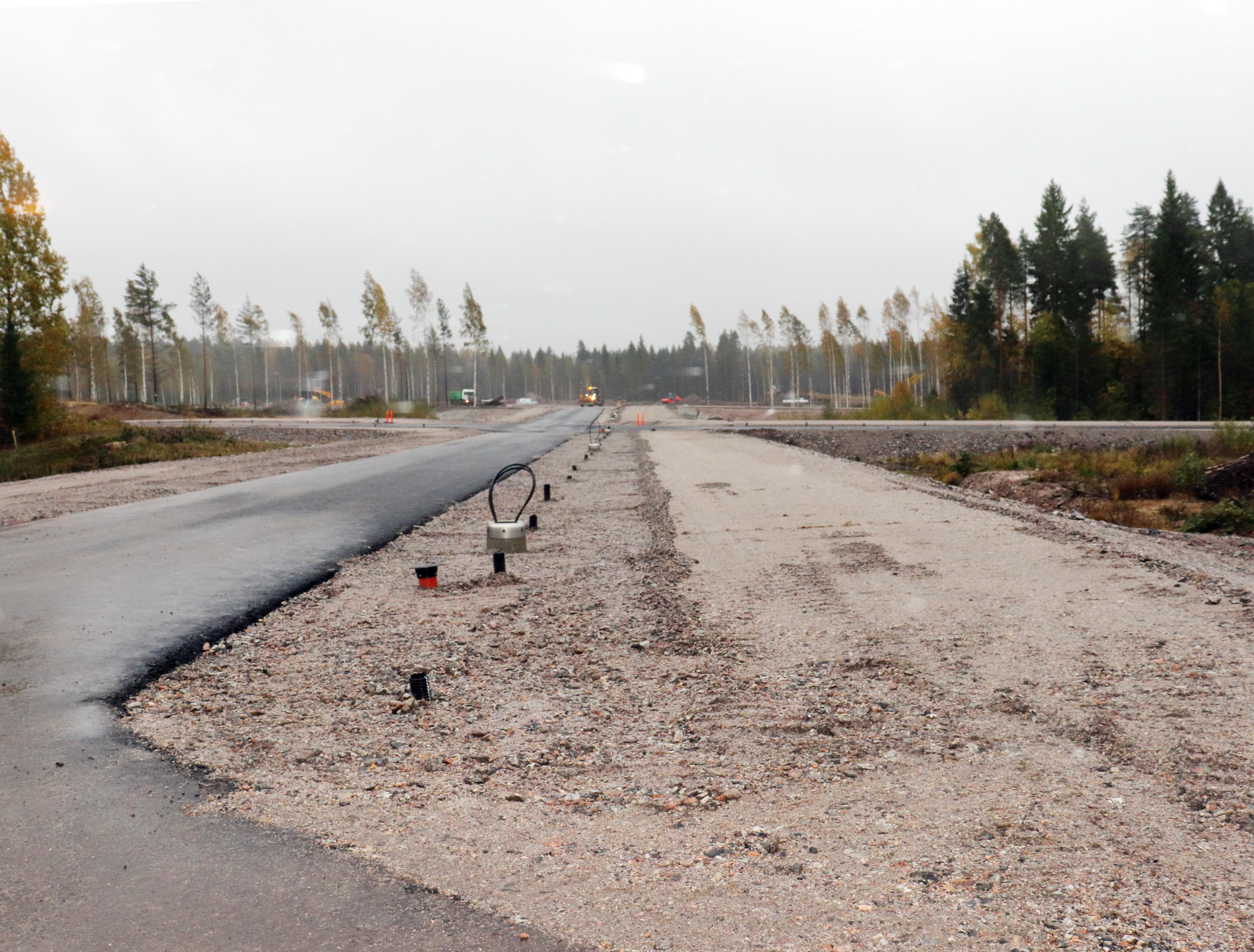 Asuntomessualueen perusinfra luovutettiin tänään tilaajalle, Tuusulan kunnalle. Osassa aluetta tehdään vielä urakan viimeistelytöitä, mm. pohja-asvaltointia. Viikon 42 jälkeen koko alueella näyttää tältä.