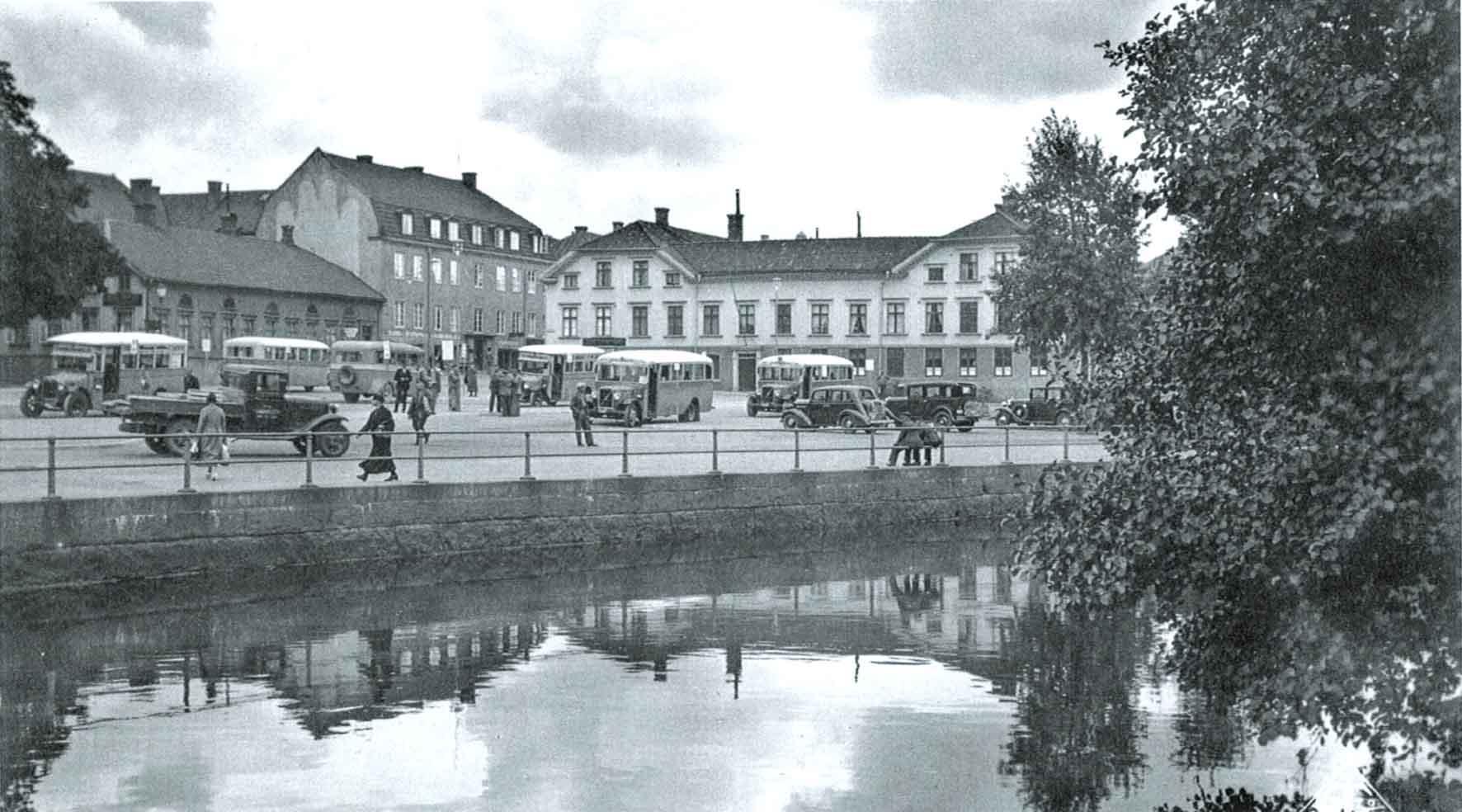 Under år 1936 bytte Södra torget skepnad från salutorg till busstorg