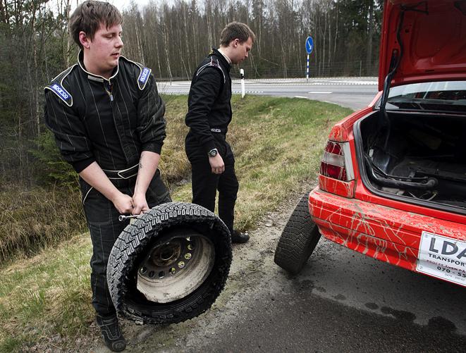 Kim Nilsson, Osby MK fick punktering på sträcka 1 i Rally över gränsen.