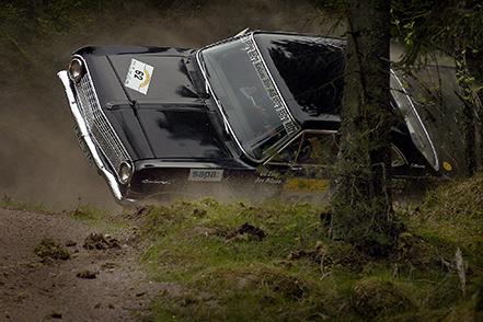 050522 Den stora Opeln välter över mot ett stort träd... Bild. Tommy Svensson