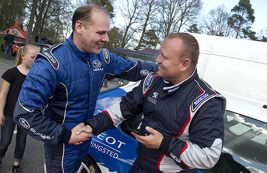 Stoffe Nilsson gratulerar vinnaren av Hässleholms GP, Brian Madsen.