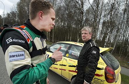 Mattis Olsson till höger vann 2WD-klassen i Silverkongen trots att man fick köra utan noter när intercomen gått sönder på första sträckan och kartläsare Marcus Sundh istället fick använda tummen för att visa hur vägen gick.