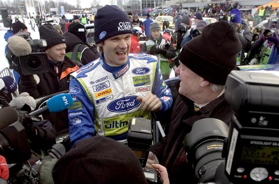 070211 Först att tränga sig genom mediahavet för att grulera Marcus Grönholm till femte segern i Uddeholm Swedish Rally var Björn Waldegård. Björn har även han fem segrar och bara Stig Blomquist är värre med sju. Bild. Tommy Svensson