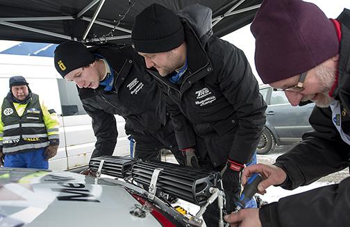 Sista justeringen av extraljusen inför första sträckan av Rally Sweden. Björn johnsson till vänster hjälper Anders Åberg medan pappa Lars sköter skruvmejslen.