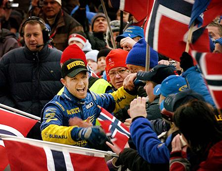 050213 Petter Solberg jublar efter segern i Svenska rallyt. Bild. Tommy Svensson