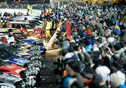 Publikintresset för Rally Sweden är enormt. På Färjestads Travbanan trängdes man för att få en glimt av VM-åkarna och deras bilar