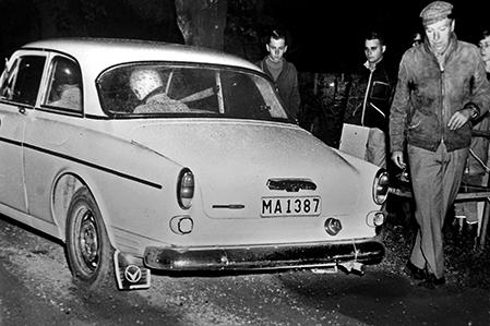 TK-Chefen Ove Persson släpper iväg bröderna Dick och Egil Länje från SMK Helsingborg i TV-Svängen 1969.