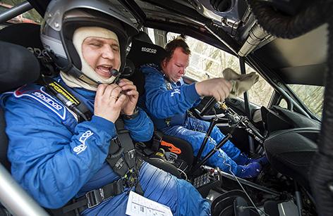 Joachim Grahn och Rickard Nilsson var besvikna vid målet på sträcka tre där bilen stannade