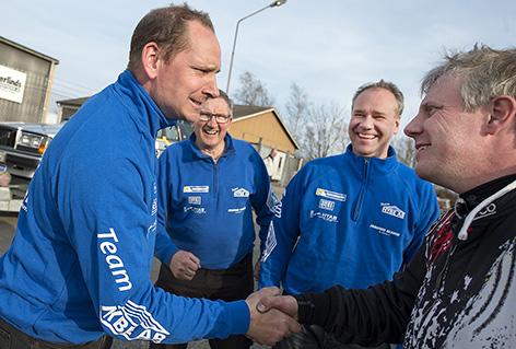 Vinnaren av 2WD-klassen i Simrishamnsmixen, Robin Sansberg till vänster grautelras av tvåa Mattis Olsson. I bakgrunde Åke Sandberg och kartläsare Matthias Bengtsson