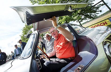 """Clas Skoog och Rickard Rejnefelt, Kristianstad körde Regularity med en Mercedes 300 SL """"Måsvinge"""" när Kristianstads Grand Prix firade 60 år ute på Råbelöv."""