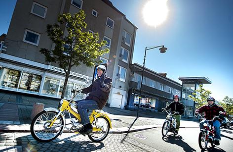 Mopperallyt för andra året kör kortege på Storgatan genom Bromölla. Rolf Nilsson, Hörby med sonen Jim i släptåg på sina Puch-mopeder