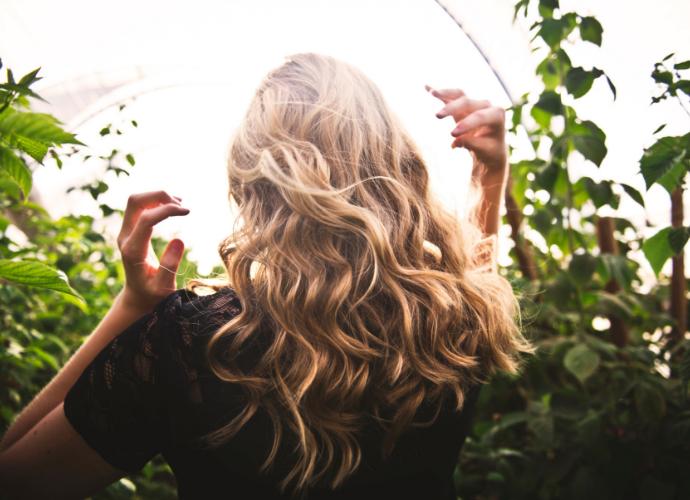 Hiusten kasvivärjäys – nouseva kauneustrendi