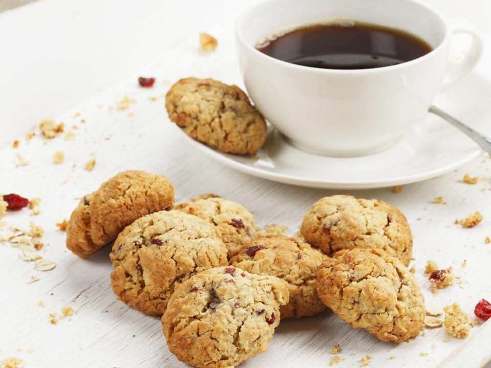 kaura-karpalokeksit kahvin kera