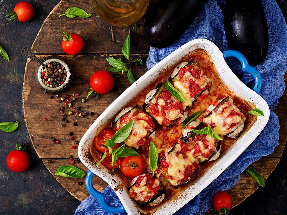 uunissa paistettua munakoisoa juuston ja tomaattien kera