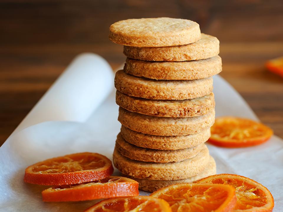 pikkuleivät appelsiineilla koristeltuna
