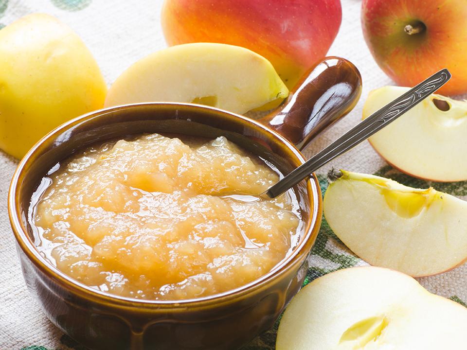 omena-salvia kastike kulhossa