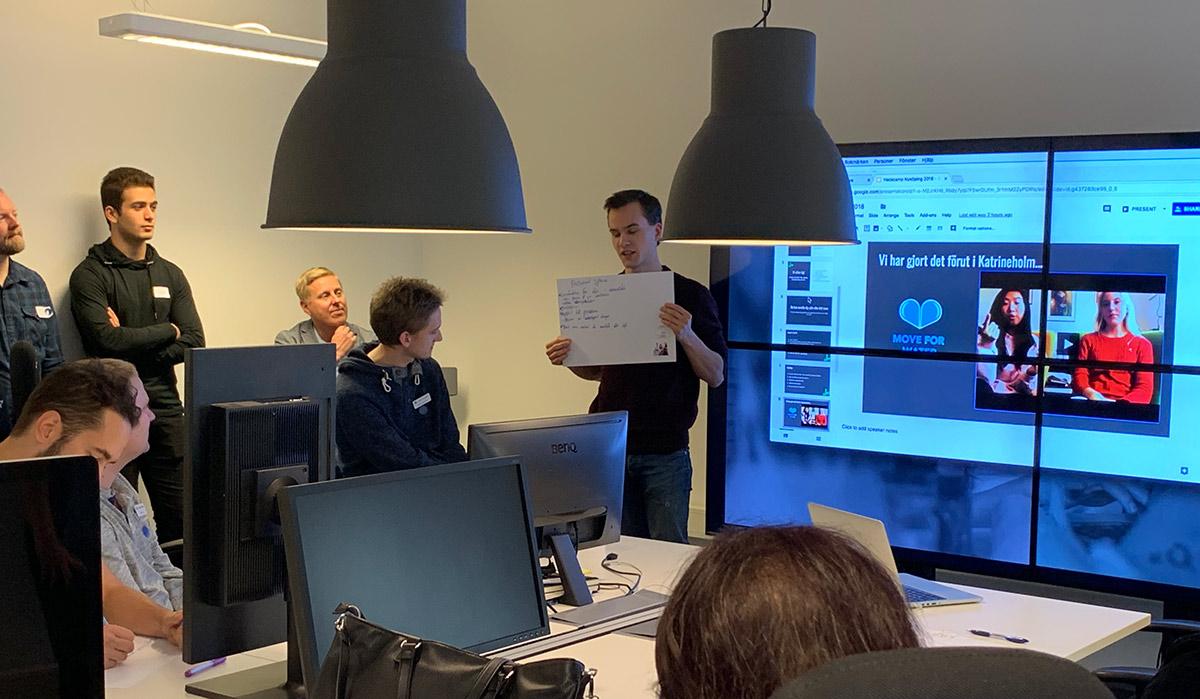 Axel från LearningWell presenterar gruppens idéer.