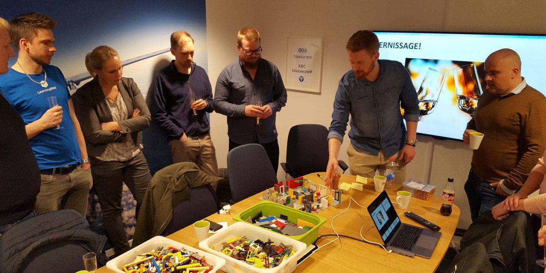 När kontoren var färdigbyggda presenterade grupperna sina idéer för varandra