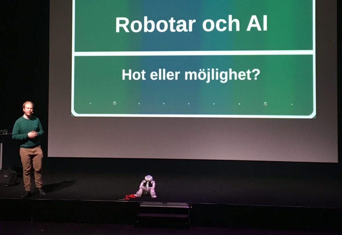 Fredrik Löfgren och Elsa, den fotbollsspelande roboten