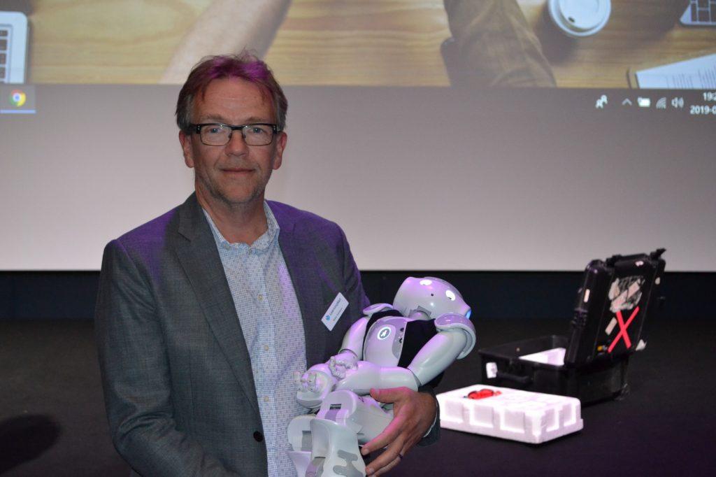 Peter Karlsson, vd på LearningWell och styrelsemedlem i it-klustret, med roboten Elsa