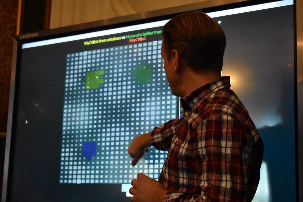 Göran Larsson visar den pixelbaserade spelplanen för Halite.