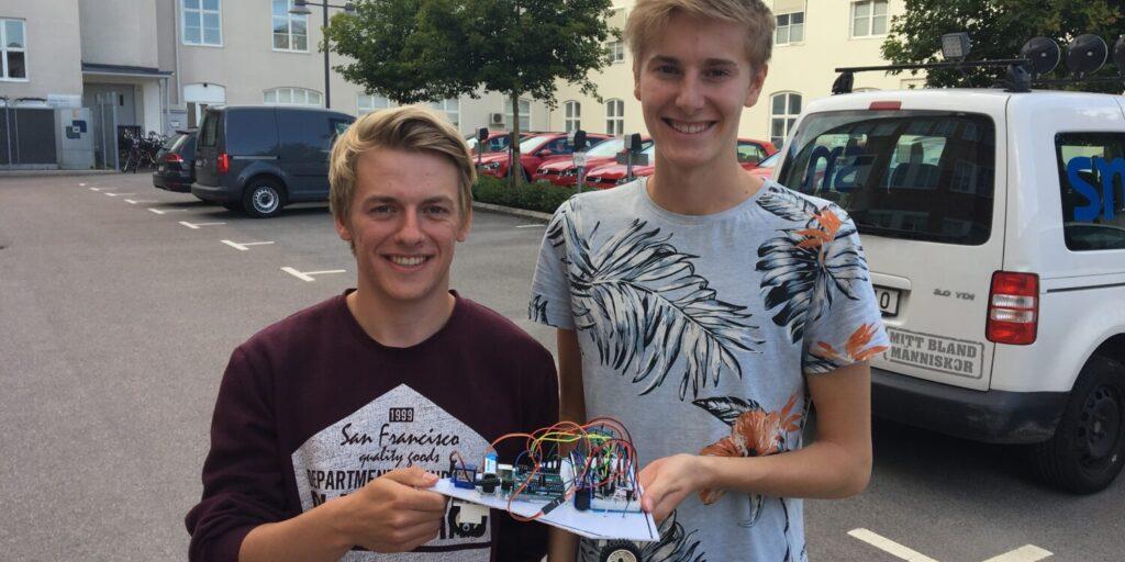 Oliver och Simon-Fredrik med sin röststyrda radiobil