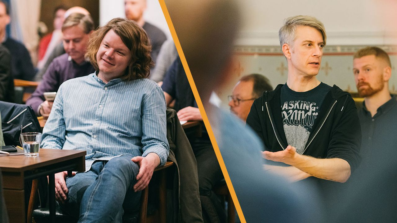 Jonas Persson (vänster) och Erik Ytterberg (höger) hjälper skolelever med programmeringsläxorna.