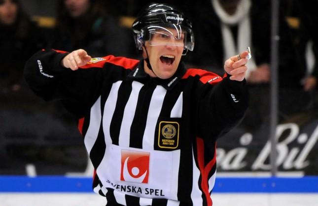 SKELLEFTEÅ 20101125 Domaren Morgan Johansson i torsdagens elitseriematch i ishockey mellan Skellefteå AIK och Brynäs IF som spelades i Skellefteå Kraft Arena. Foto: Robert Granström / Scanpix / Kod 11104