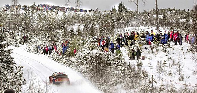 2004 02 08 Sebastien Loeb forsar fram emot sin historiska seger i Svenska Rallyt infor tusentals åskådare ute i den värmländska naturen. Bild. Tommy Svensson
