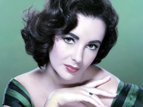 У Элизабет был необычный цвет глаз и двойной ряд ресниц, что придавало ее взгляду дополнительное очарование