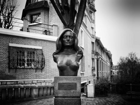 Памятник Далиде в Париже на площади, названной в ее честь