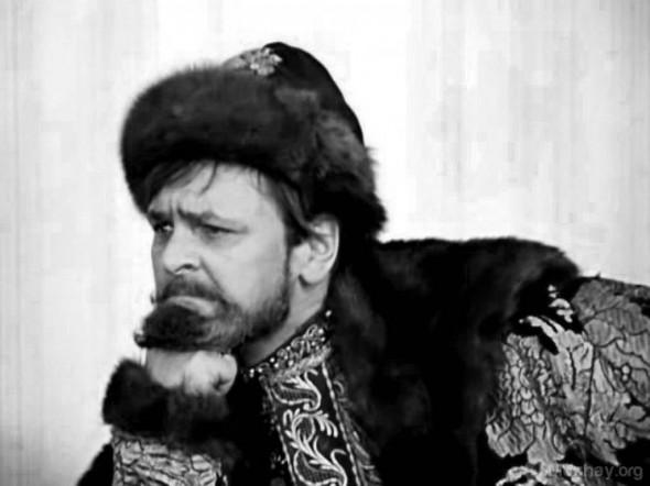 В фильме «Иван Васильевич меняет профессию» Яковлев сыграл сразу двух персонажей