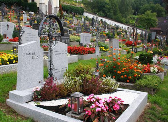 Ухоженные могилы и памятники