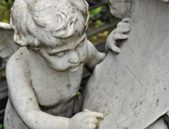 Мраморный памятник со скульптурой