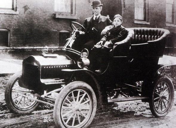 Форд вместе с сыном Эдселом в своем знаменитом автомобиле Ford T