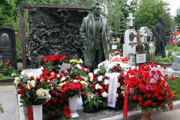 Памятник Тихонову на могиле актера