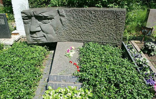 Могила Визбора на Новокунцевском кладбище