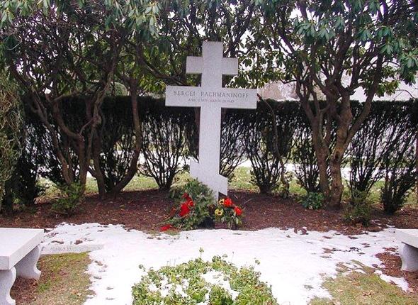Православный крест на могиле Сергея Рахманинова