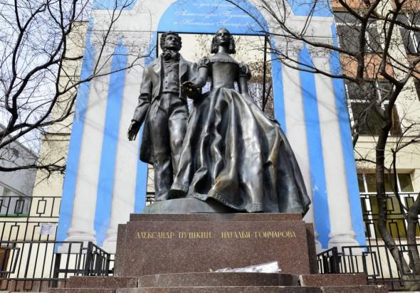 Памятник Пушкину и Гончаровой на Арбате в Москве