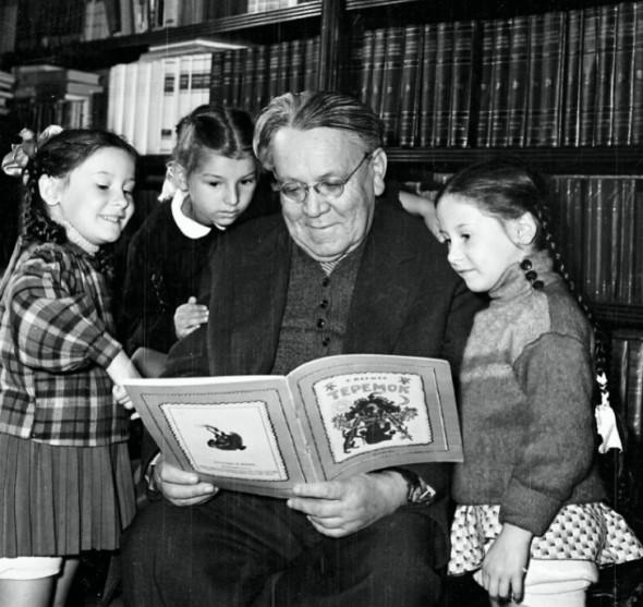 Самуил Яковлевич читает детям книжку «Теремок», 1960 г.