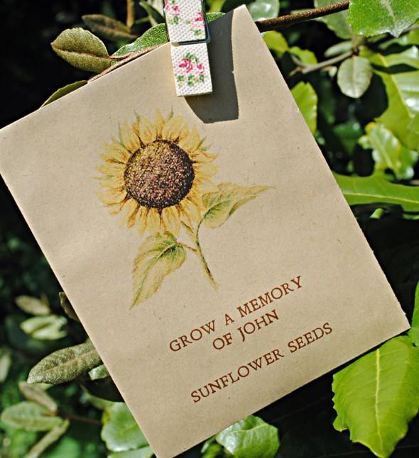 Художественно оформленный пакетик для семян, который можно прикрепить к открытке