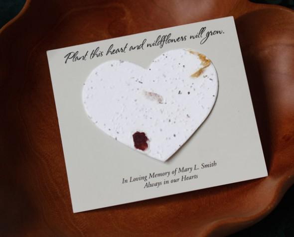 Сердечко из бумаги с приклеенными к нему семенами