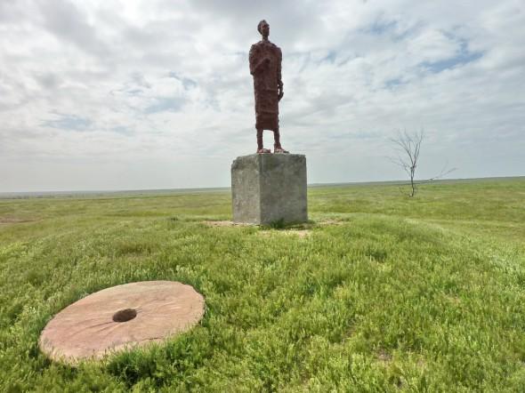 Памятник Хлебникову в селе Малые Дербеты, созданный скульптором Степаном Ботиевым в 1993 году