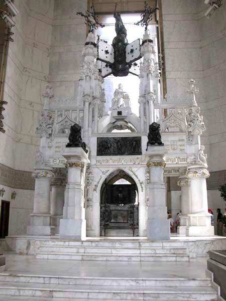Могила Христофора Колумба внутри Маяка Колумба в Санто-Доминго.