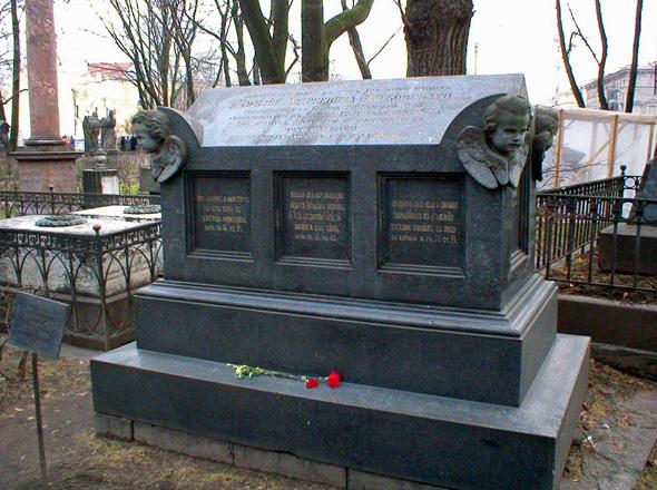 Памятник на могиле Жуковского в некрополе Александро-Невской лавры в Санкт-Петербурге