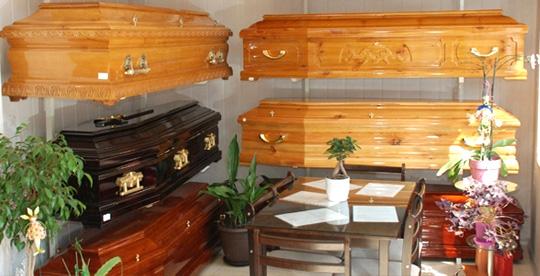 Выбрать гроб можно в похоронном агентстве