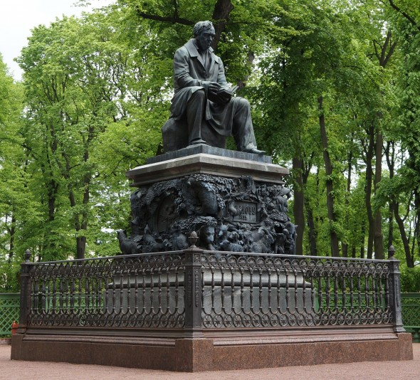 Памятник Ивану Крылову в Санкт-Петербурге авторства Петра Клодта (1855 г.)