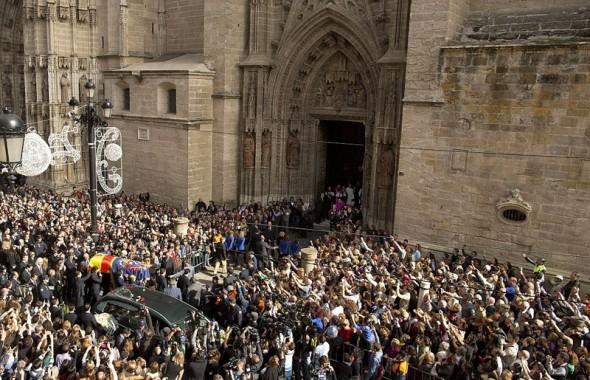 Похоронная процессия у Кафедрального собора Севильи