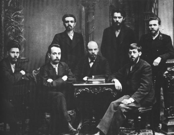 Владимир Ленин (в центре за столиком) в составе «Союза борьбы за освобождение рабочего класса»