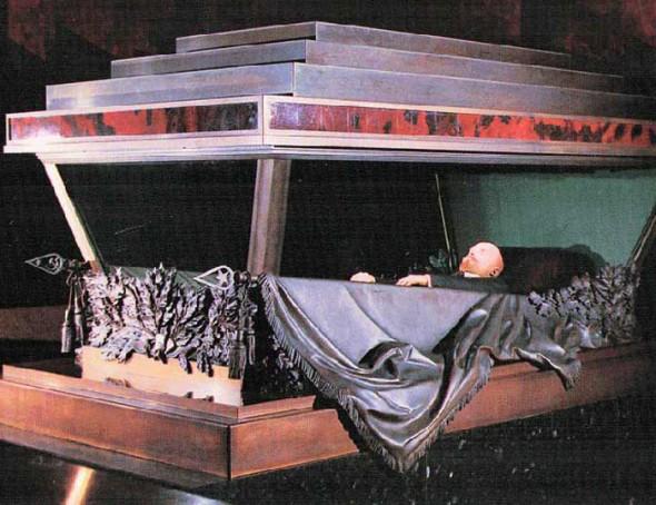 Саркофаг с телом Ленина в Мавзолее